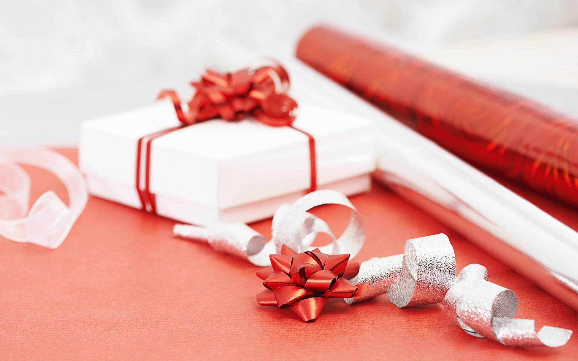 Как преподнести девушке подарок